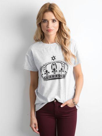 Jasnoszary t-shirt z nadrukiem i aplikacją