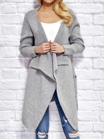 Jasnoszary wełniany sweter z luźnymi połami