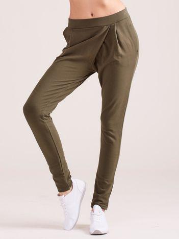 Khaki kopertowe spodnie dresowe z kieszeniami