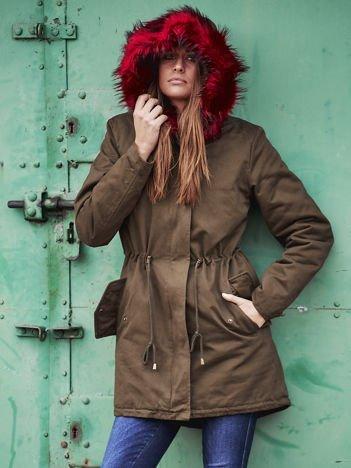 Khaki ocieplana kurtka parka z bordowym futrzanym kołnierzem