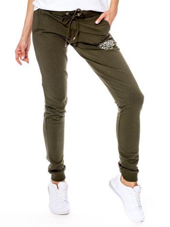 Khaki spodnie dresowe z błyszczącą aplikacją