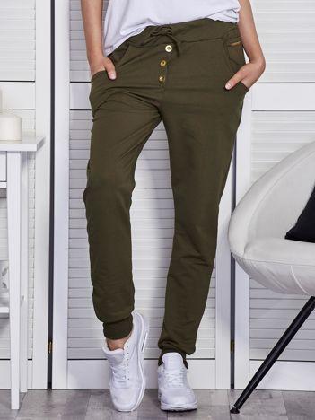 Khaki spodnie dresowe ze złotymi guzikami