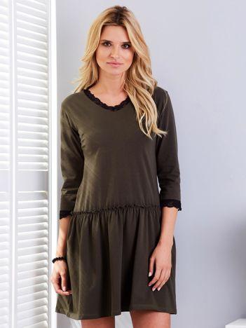 Khaki sukienka z koronką przy dekolcie