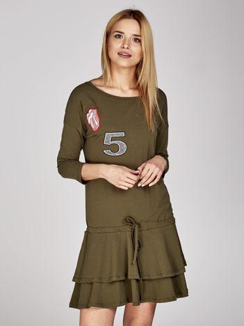 Khaki sukienka z naszywkami