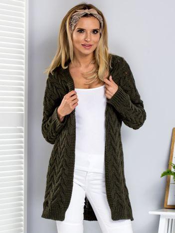 Khaki sweter w warkoczowe sploty