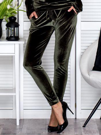 Khaki welurowe spodnie dresowe o prostym kroju