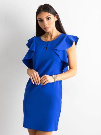 Kobaltowa sukienka z falbanami na ramionach