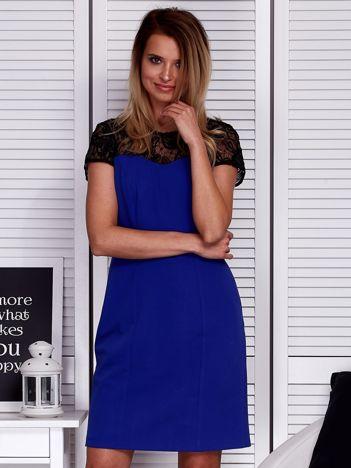 Kobaltowa sukienka z koronkowym dekoltem