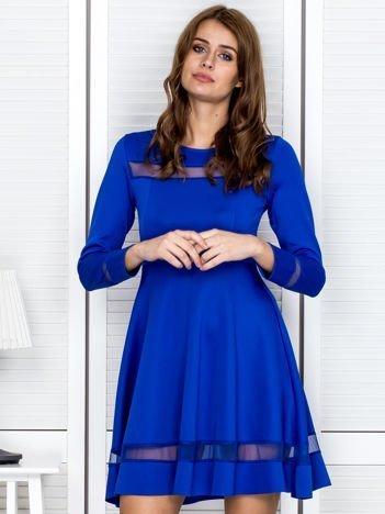Kobaltowa sukienka z transparentnymi wstawkami