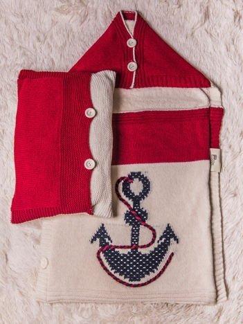 Komplet niemowlęcy śpiworek otulacz dzianinowy na futerku z ozdobną kotwicą zapinany na guziki plus poduszeczka ecru-czerwony
