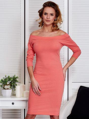 Koralowa dopasowana sukienka z odkrytymi ramionami