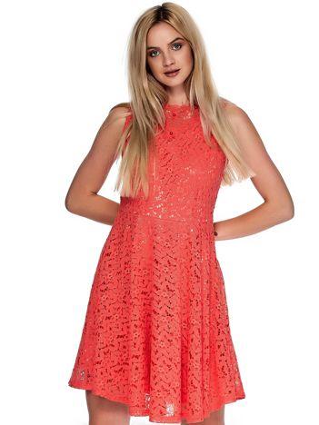 Koralowa koronkowa sukienka z perełkami i ozdobnym dekoltem z tyłu