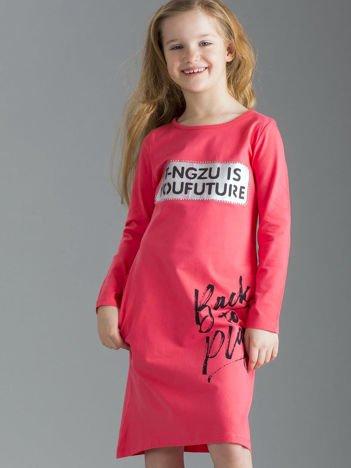 Koralowa sukienka dziecięca z napisami
