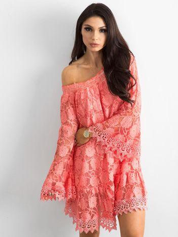 Koralowa sukienka hiszpanka z szerokimi rękawami