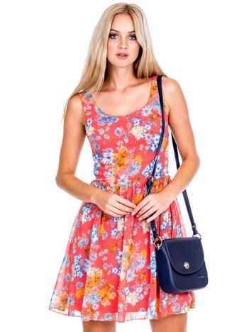 Koralowa sukienka w kolorowe kwiaty