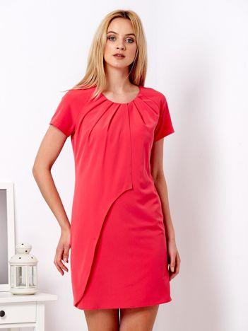 Koralowa sukienka z plisami na dekolcie