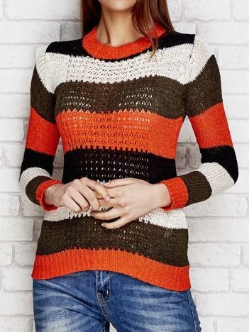 Koralowy sweter w kolorowe paski