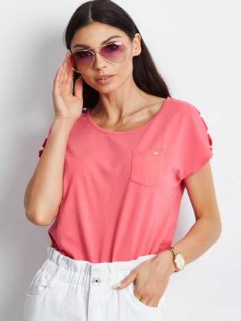 Koralowy t-shirt z kieszonką i guzikami na ramionach