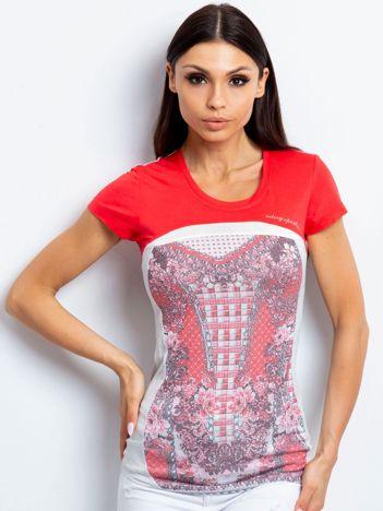 Koralowy t-shirt z kwiatowym nadrukiem