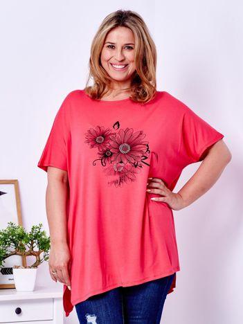 Koralowy t-shirt z kwiatowym printem PLUS SIZE