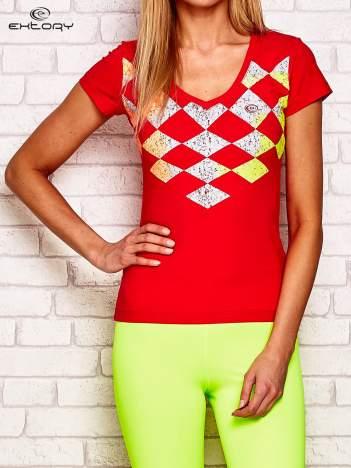 Koralowy t-shirt z motywem kolorowych rombów