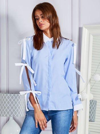 Koszula w prążki z kokardami na rękawach niebieska