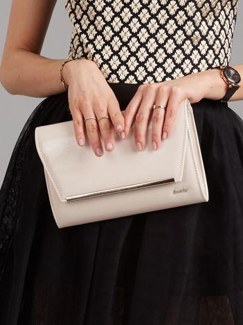 Kremowa lakierowana torba kopertówka