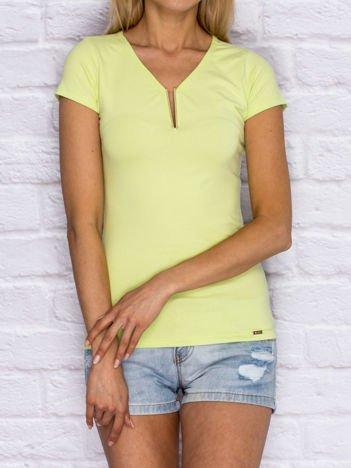Limonkowy t-shirt z biżuteryjną wstawką przy dekolcie