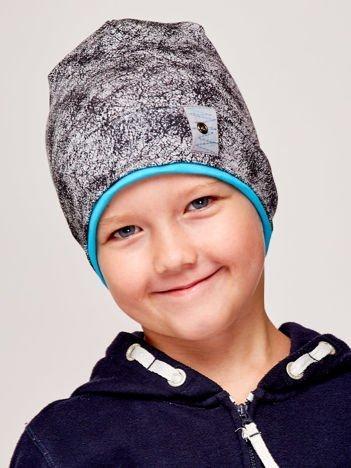 Marmurkowa czapka chłopięca z naszywką szaro-turkusowa