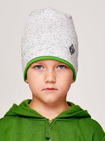 Melanżowa czapka chłopięca z naszywką 21 szaro-zielona