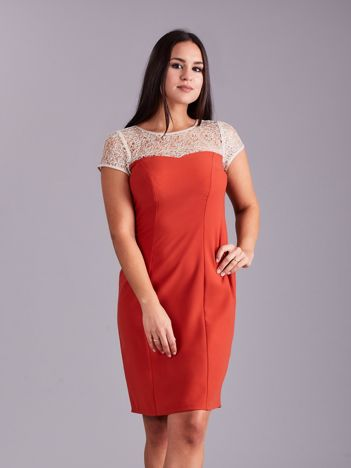 Miedziana sukienka z ażurowym dekoltem