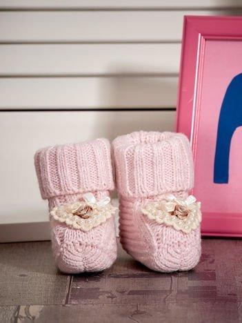 Miękkie buciki dziewczęce wyszywane perełkami jasnoróżowe