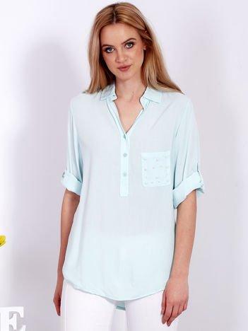 Miętowa bluzka z perełkami na kieszonce