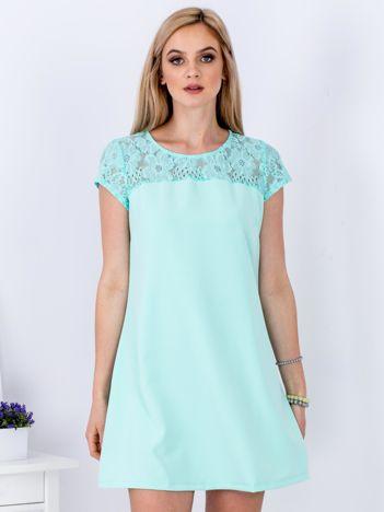 Miętowa trapezowa sukienka z koronkową górą
