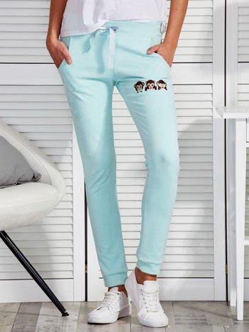 Miętowe zamszowe spodnie dresowe z małpkami