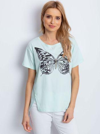 Miętowy t-shirt z biżuteryjnym motylem i szyfonową wstawką z tyłu