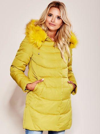 Musztardowa kurtka na zimę z futrzanym wykończeniem