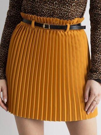 Musztardowa plisowana spódnica z paskiem