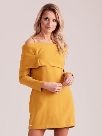 Musztardowa sukienka cold arms z szeroką falbaną