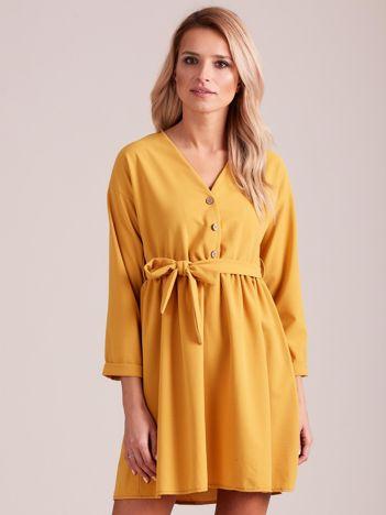 Musztardowa sukienka z paskiem
