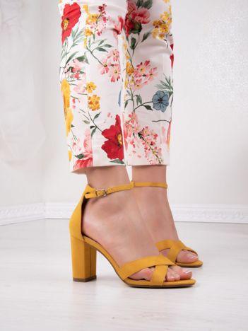 Musztardowe sandały IDEAL SHOES na wysokim słupku z paskami na krzyż