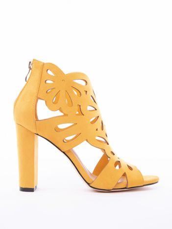 Musztardowe sandały w ażurowe kwiaty