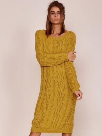 Musztardowy długi sweter w warkoczowe sploty