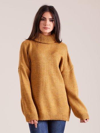 Musztardowy miękki sweter z golfem