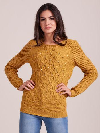 Musztardowy sweter w warkocze z perełkami