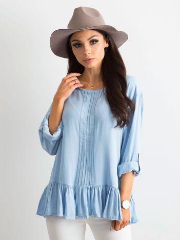 Niebieska bluzka damska z falbaną