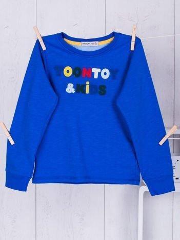 Niebieska bluzka dla chłopca z wyszywanym napisem