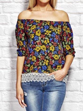 Niebieska bluzka w kolorowe kwiaty