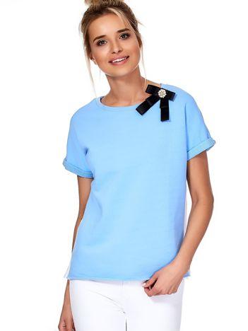 Niebieska bluzka z przypinką i koszulowym tyłem