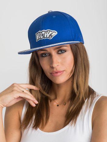 Niebieska czapka z daszkiem z aplikacją